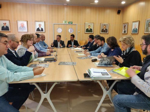 L'Ajuntament de Sant Josep de sa Talaia acull una reunió de treball amb totes les administracions implicades en el projecte de remodelació de la Badia de Portmany, quan s'està a punt de contractar l'oficina tècnica que dirigirà el projecte